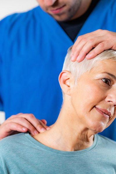 Ostéopathe personne agée senior retraité retraitée